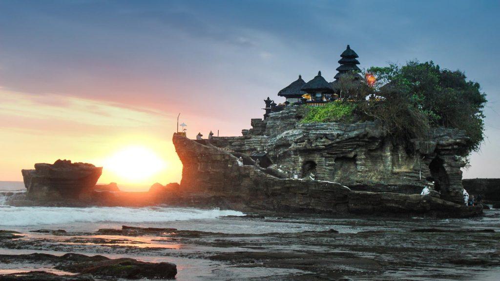 Tempat wisata di Bali: Pura Tanah Lot - AkuTravel. Sumber: Rental Mobil Bali